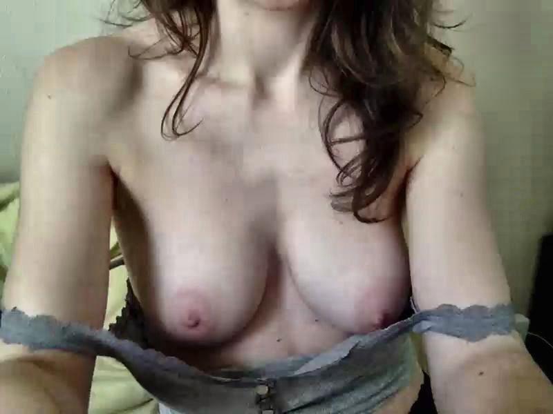 jolis tetons fille sexy qui se deshabille